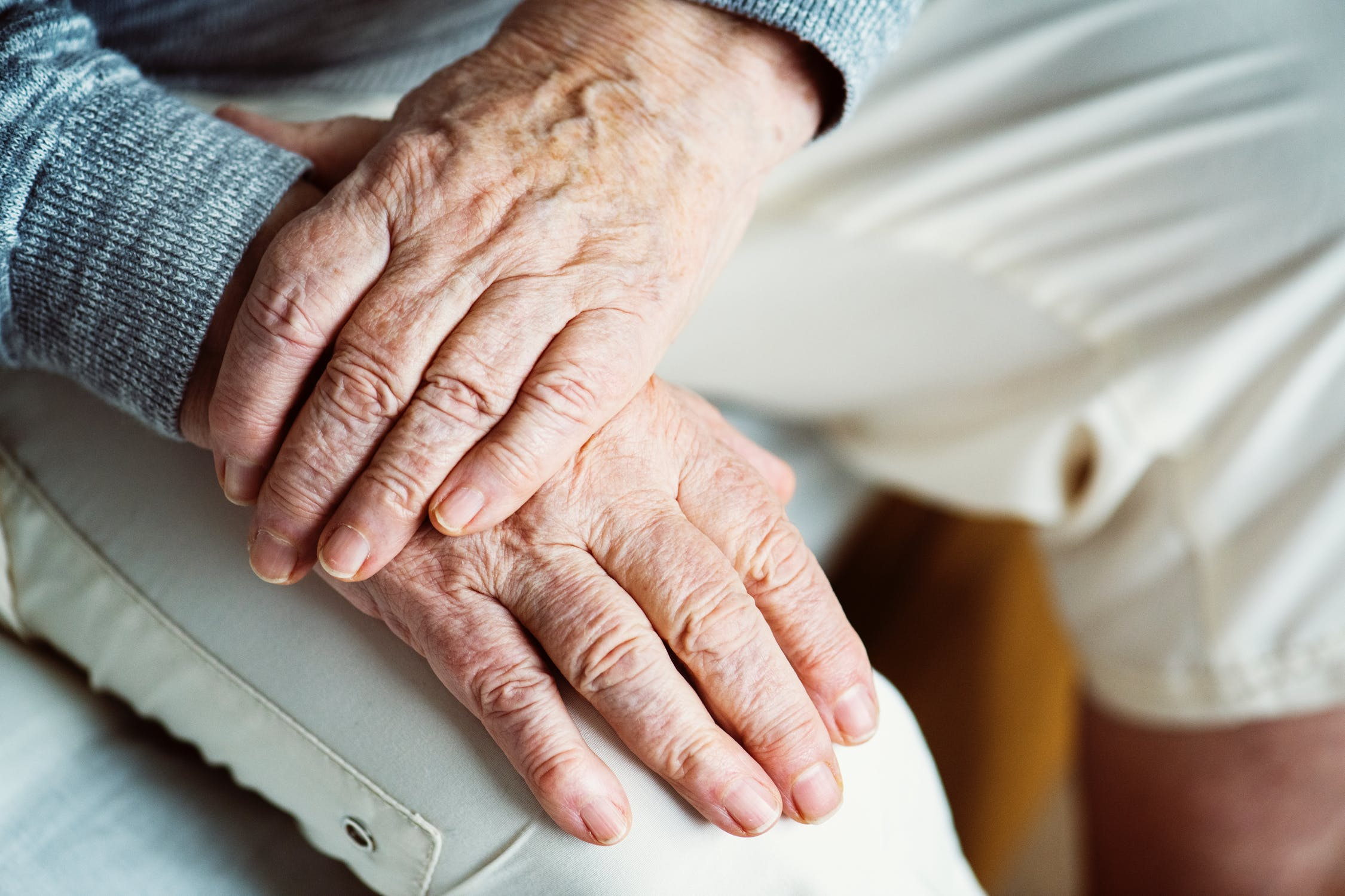 Man bliver ensom med alderen – eller gør man?